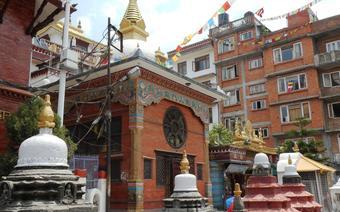 Stare miasto w Kathmandu i kapliczki, które można spotkać na każdym kroku.