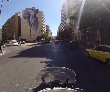 Grecja - kolebka europejskiej cywilizacji, filozofii i architektury. Ale to także kraj niesprzyjającego klimatu, wysuszonych pól i niekończących się remontów dróg. Jak wygląda ten świat okiem motocyklisty?